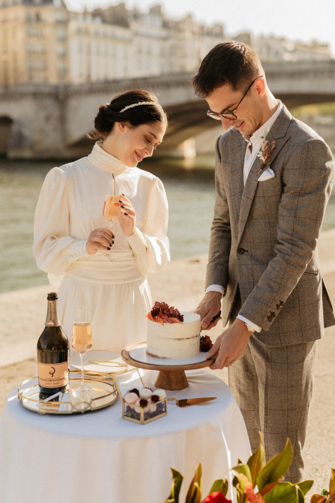 couple cutting cake paris wedding