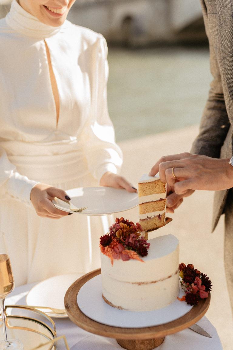 couple cutting cake paris wedding
