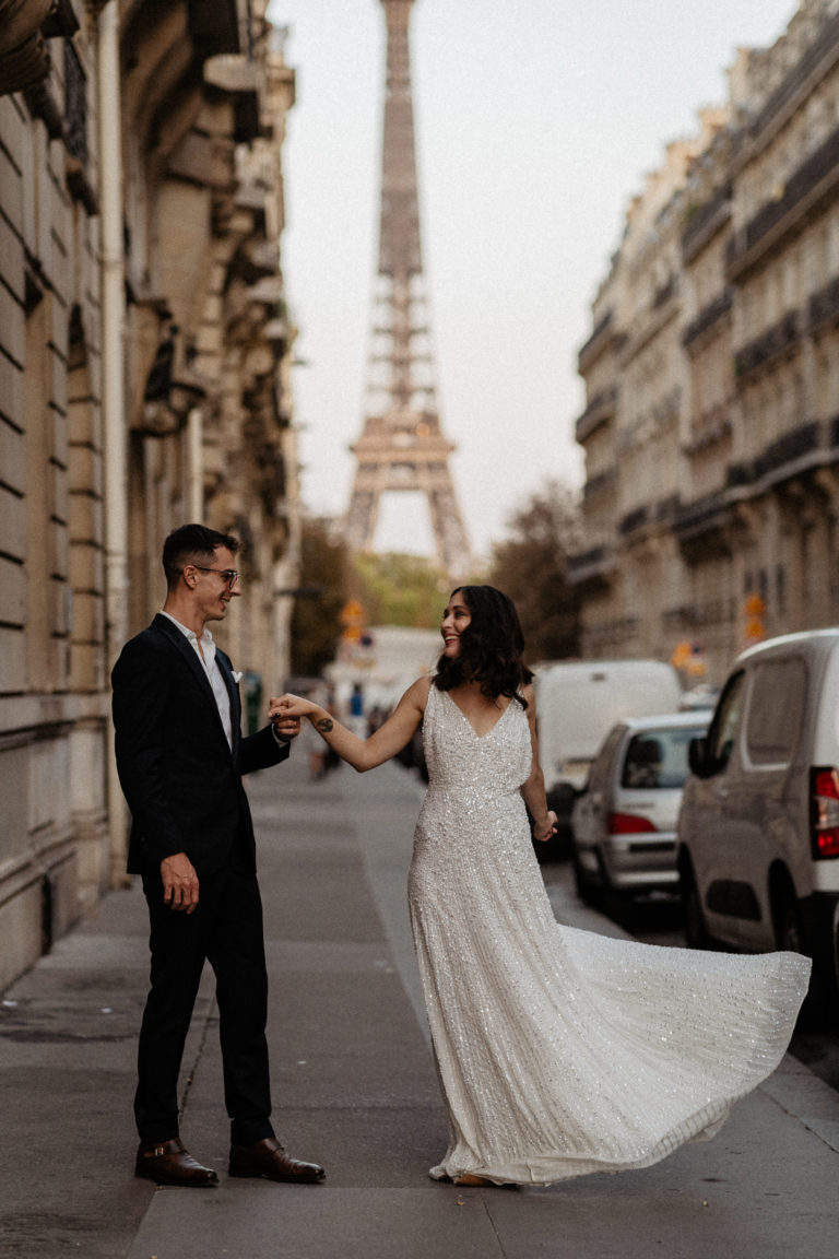 paris wedding photo by night with eiffel tower